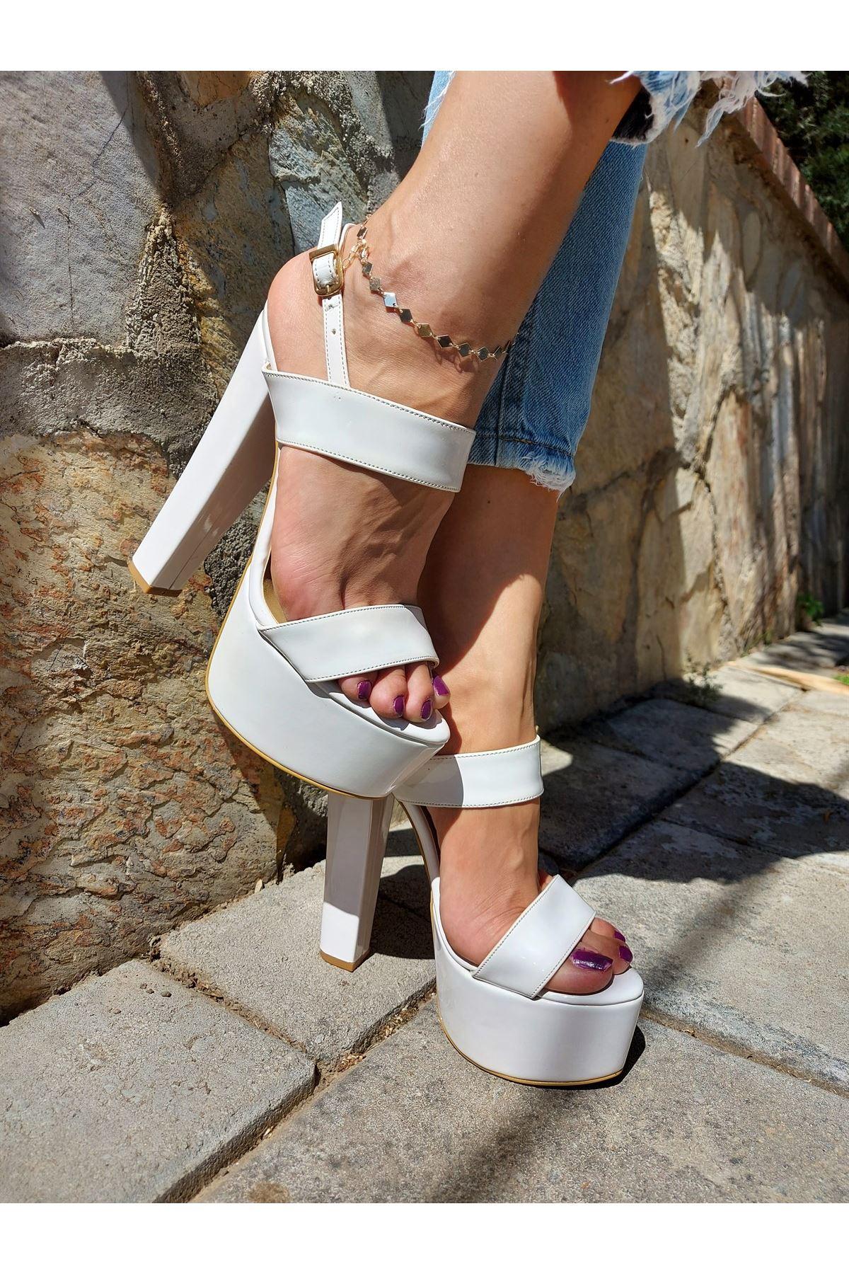 Lucy Beyaz Rugan Yüksek Topuklu Ayakkabı