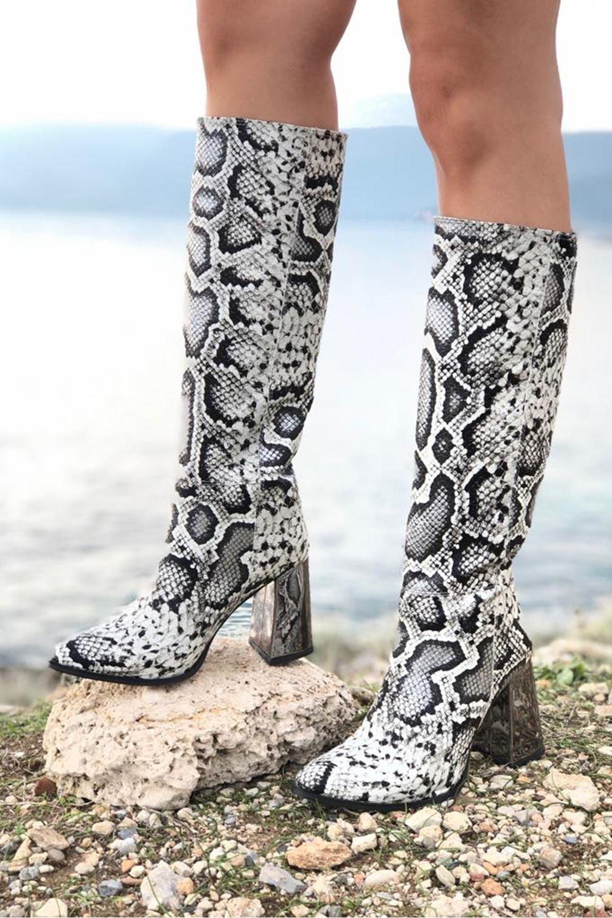 00153 Siyah Beyaz Yılan Topuklu Çizme