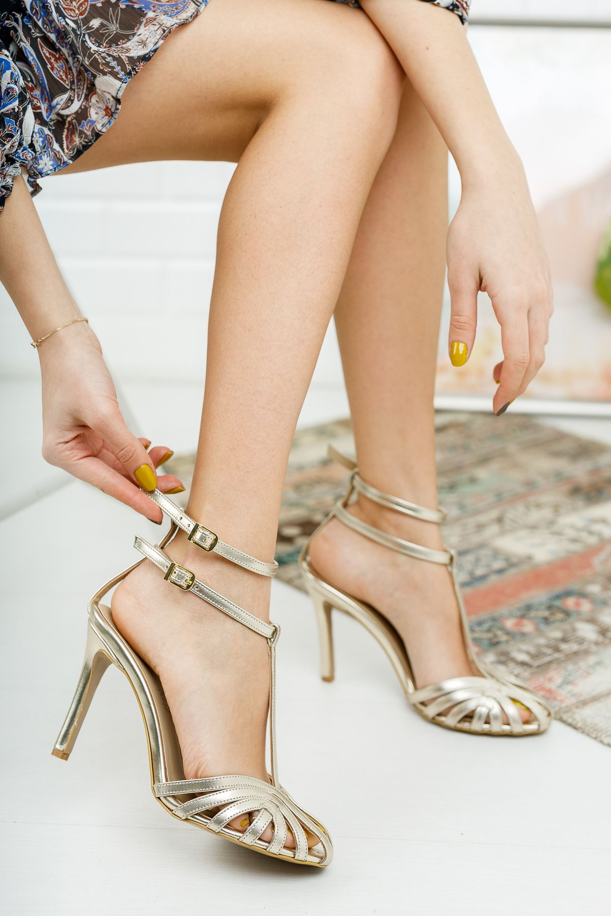 Farcos Altın Rengi Biyeli Çift Baret Tokalı Topuklu Kadın Ayakkabı