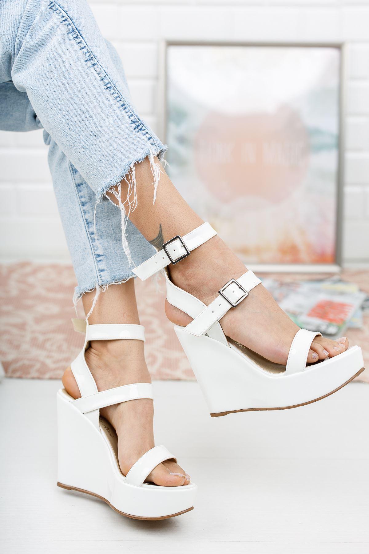 Katie Beyaz Rugan Dolgu Topuklu Ayakkabı