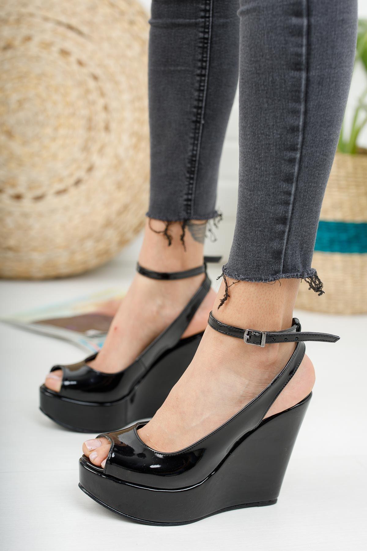 Queen Siyah Rugan Dolgu Topuklu Kadın Ayakkabı