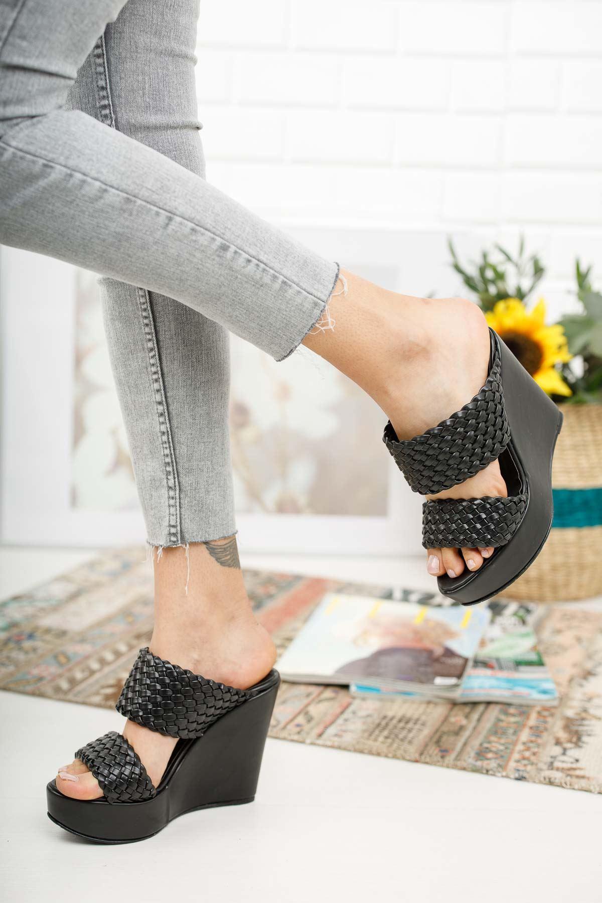 Cornell Siyah Cilt Dolgu Topuklu Kadın Terlik