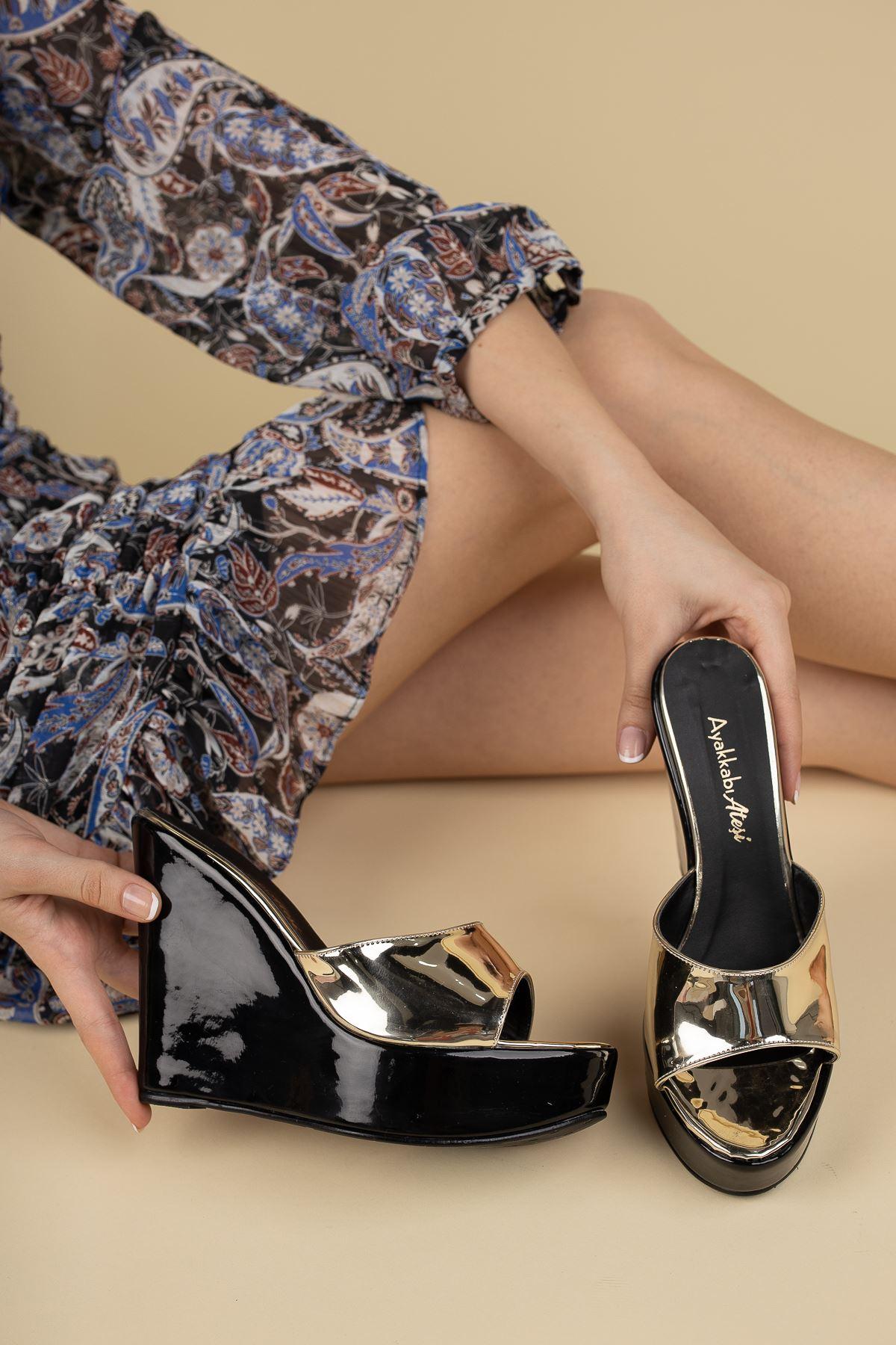 Adoles Siyah - Altın Rugan Dolgu Topuklu Kadın Terlik