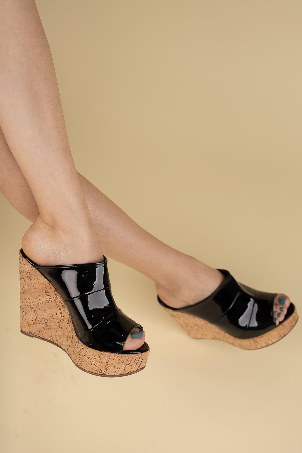 Dakten Mantar - Siyah Rugan Dolgu Topuklu Kadın Terlik