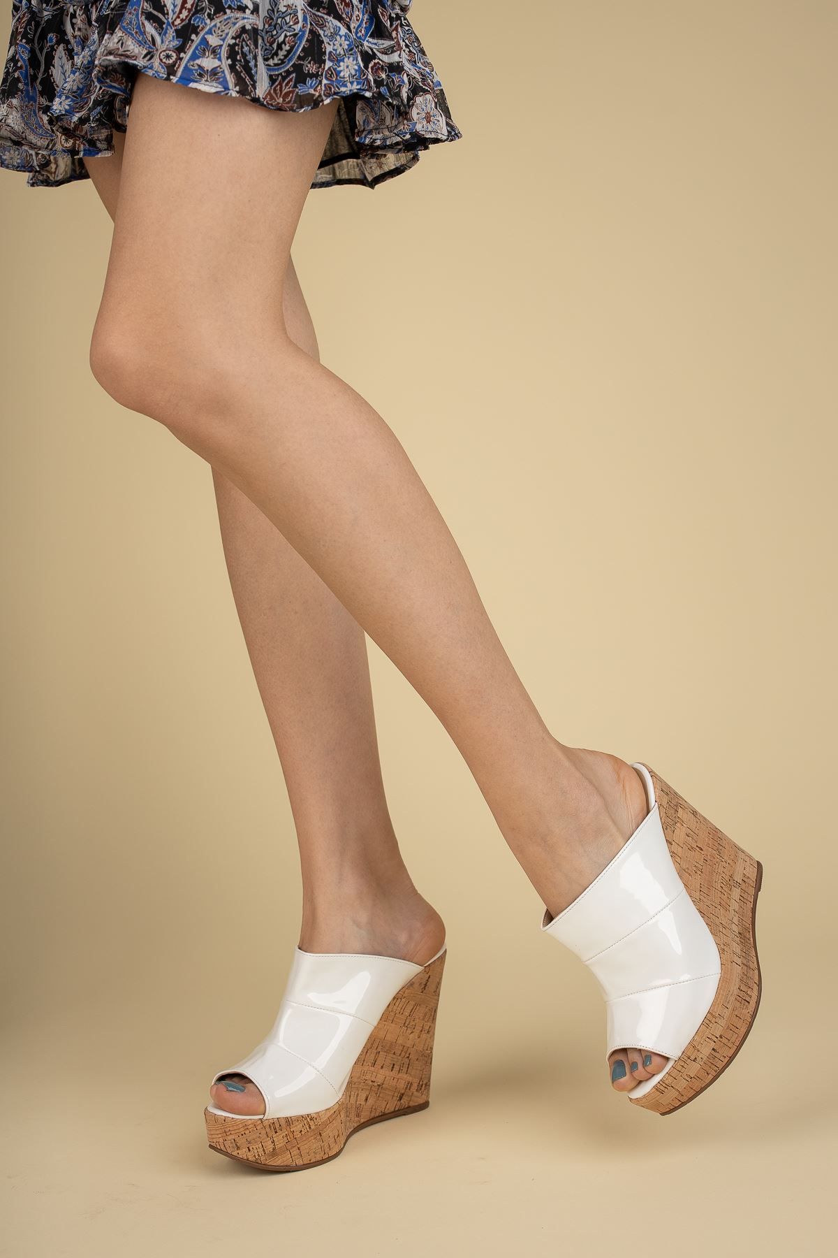 Dakten Mantar - Beyaz Rugan Dolgu Topuklu Kadın Terlik