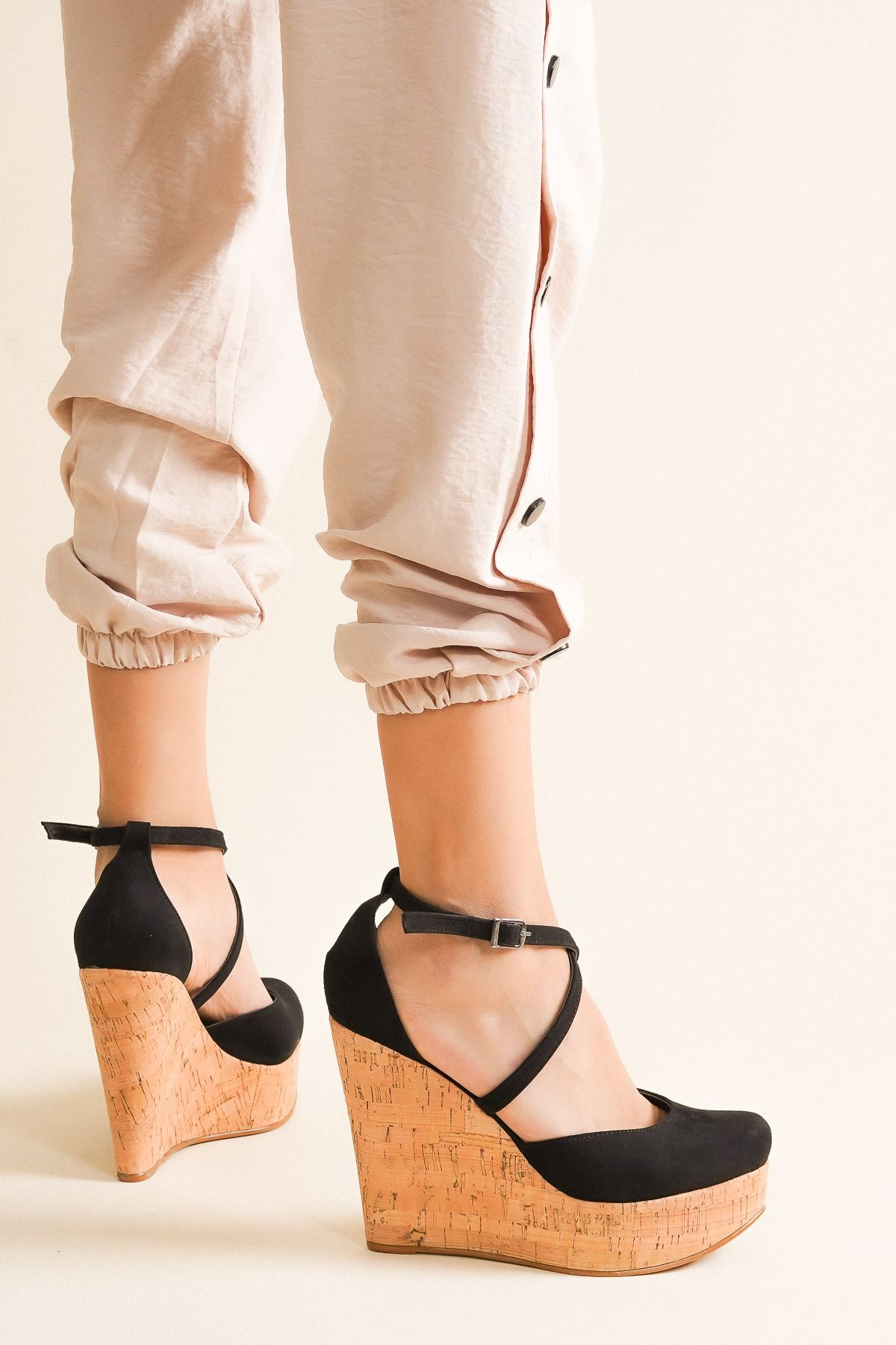 Moon Mantar Siyah Süet Dolgu Topuklu Ayakkabı