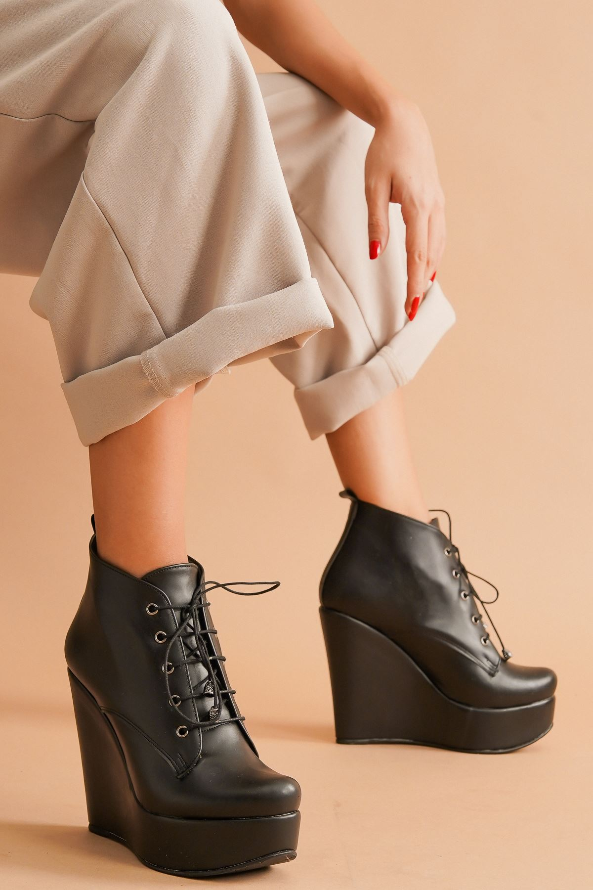 Rosta Siyah Cilt Bağcıklı Dolgu Topuklu Kadın Bot