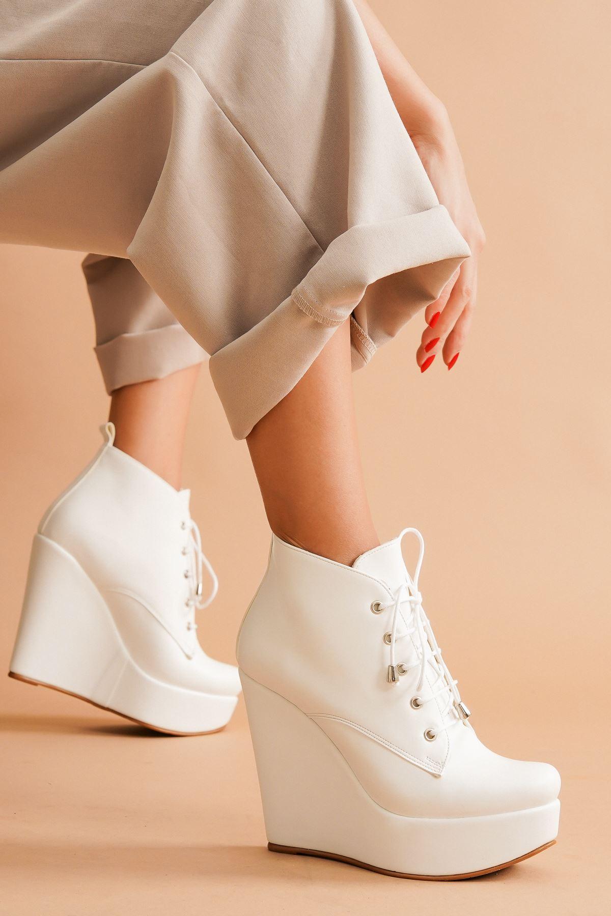 Rosta Beyaz Cilt Bağcıklı Dolgu Topuklu Kadın Bot
